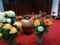 Zwei bunte Blumensträuße